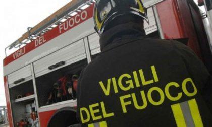 Incendio a Castellucchio, in fiamme 400 rotoballe e un tetto: denunciato un 15enne