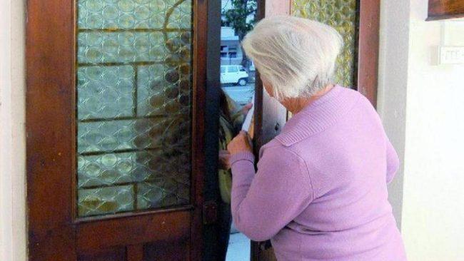 Finti poliziotti truffano anziana: spariti contanti e oro