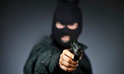Notte di terrore: ladri in casa, pistole puntate e minacce di morte