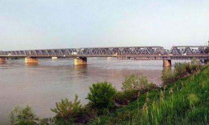 Si getta dal ponte di Ostiglia corpo di una donna recuperato