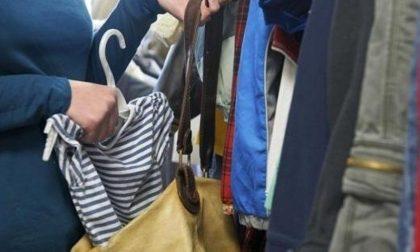 Rubano vestiti e malmenano il proprietario per fuggire