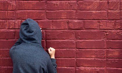 Molesta e fotografa ragazzino nel bagno della palestra: arrestato