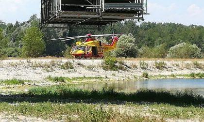 Perde il controllo dell'auto e si schianta contro un albero, 25enne estratto dalle lamiere e trasportato d'urgenza in ospedale
