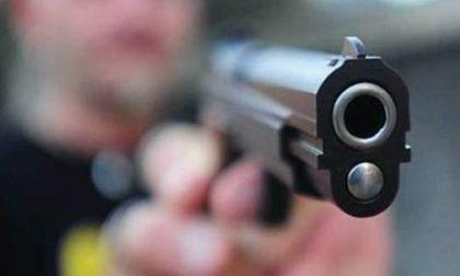 Minaccia con pistola la madre dopo averlo rimproverato per aver speso troppi soldi (1milione di euro)
