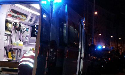 L'auto finisce contro un ostacolo, 32enne in ospedale SIRENE DI NOTTE