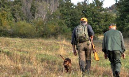 Guardie coi catarifrangenti e cacciatori mimetici: le nuove e discusse regole per la caccia in Lombardia