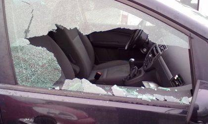 Prima tenta il furto scassinando un'auto, poi dà vita a una lite furibonda con fidanzata e condomini