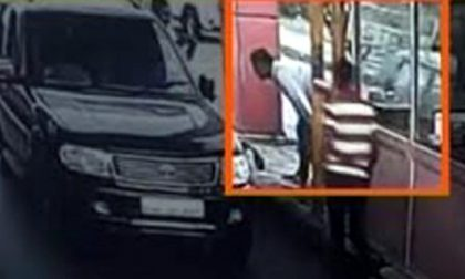 Testa incastrata fra auto e casello dell'autostrada: le erano cadute delle monetine
