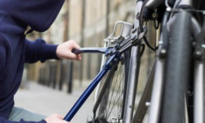 Rubano bicicletta elettrica al Centro Commerciale, ma la telecamera li riprende