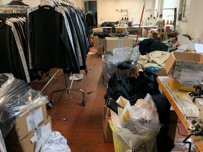 Clandestino nel laboratorio tessile: verrà rimpatriato in Cina