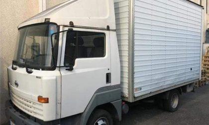 Rubano autocarro, beccati dai carabinieri: fuga nei campi