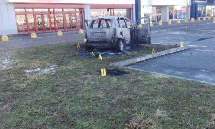 Dà fuoco all'auto con la ex dentro: orrore a Vercelli