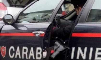 Prima aggredisce i familiari poi i Militari intervenuti per sedare la lite: 27enne in manette