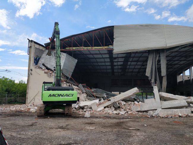 La demolizione del vecchio palasport