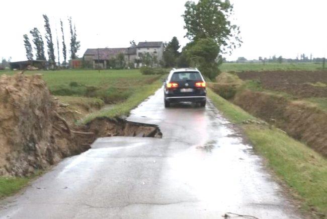 La voragine che si è aperta in strada Bonincontri Longure ad Asola