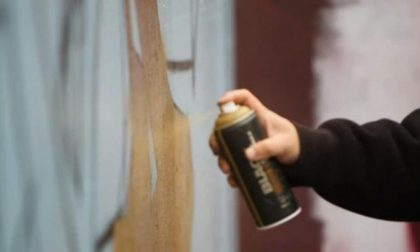 Imbrattano rimorchio e motrice di un treno con la vernice spray: denunciati