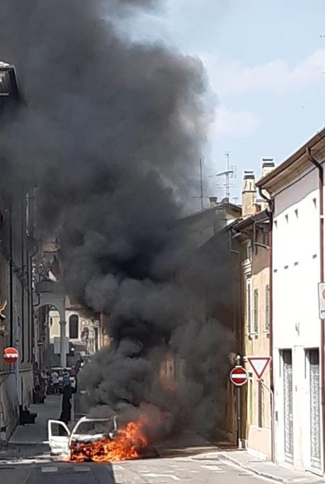 Auto in fiamme a Castiglione delle Stiviere: 13enne ustionato FOTO