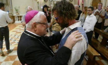 Dopo il suo matrimonio gay, prete torna a Verona e celebra messa
