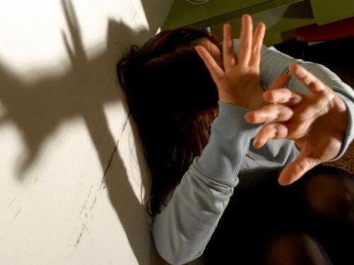 21enne violentata fuori dalla discoteca: preso il branco