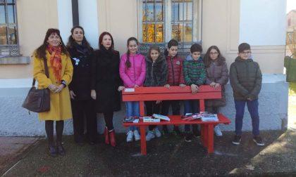 Inaugurata a Roncoferraro la panchina rossa contro la violenza sulle donne