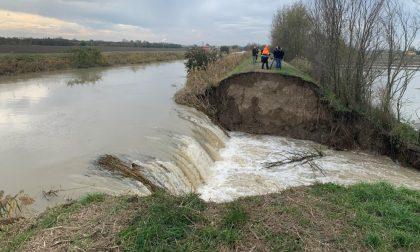 L'argine cede e l'acqua inonda i campi: tempestivo l'intervento per limitare i danni