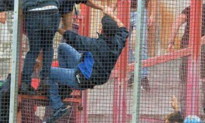 Scavalca la recinzione e aggredisce gli agenti: daspo per tifoso violento