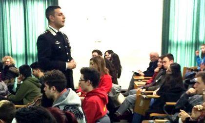 Carabinieri a scuola per promuovere il concorso per l'ammissione all'Accademia militare