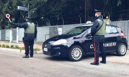 Vede i Carabinieri e nasconde la droga negli slip ma viene scoperto