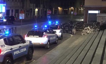 Si schianta con l'auto contro il semaforo davanti alla stazione di Mantova: era ubriaco