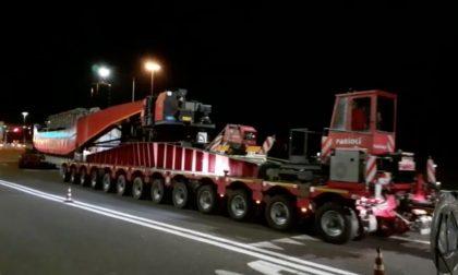 """Un """"bestione"""" lungo 76 metri in viaggio da Legnano al porto di Mantova VIDEO – FOTO"""