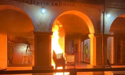 A Gonzaga ignoti vandali danno fuoco a una pila di sedie sotto i portici, il commento del Sindaco
