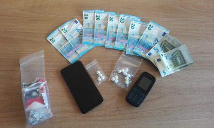 Colto sul fatto mentre vende droga a un tossicodipendente: arrestato