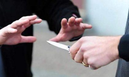 Tenta di estorcere denaro alla madre, poi aggredisce il fratello e minaccia l'intera famiglia