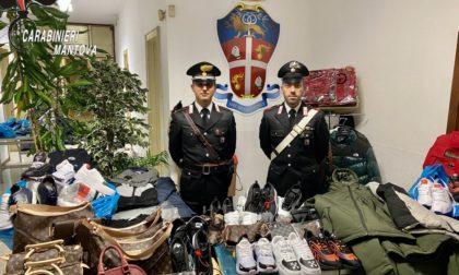 """Scoperto il """"magazzino del falso"""" nel Mantovano: trovati più di 500 capi contraffatti VIDEO"""