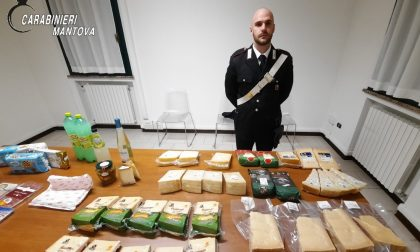 Fermati per un controllo, nel bagagliaio trovano numerose confezioni di formaggio