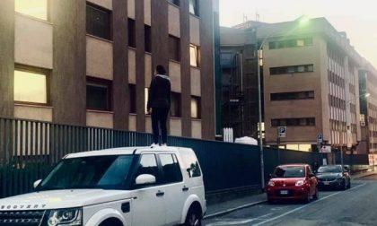 In piedi sull'auto per vedere la mamma in ospedale: lo scatto simbolo