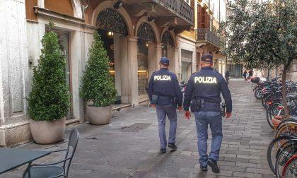 Sotto i fumi dell'alcol insulta i passanti, poi aggredisce e sputa contro i Poliziotti