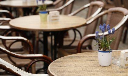 I clienti consumano ai tavolini esterni del bar: titolare sanzionato