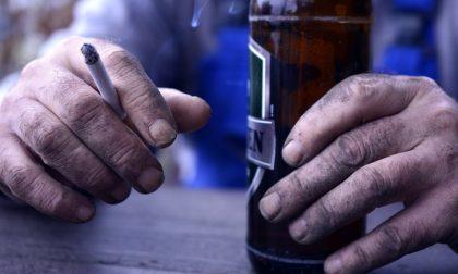 Prendono da bere e si fanno l'aperitivo fuori dal bar: 2mila euro di multa per 5 clienti