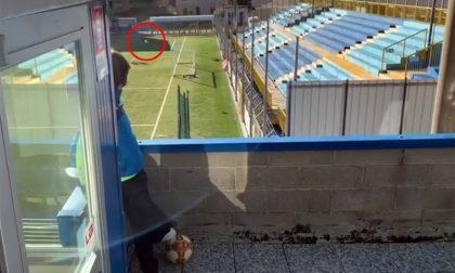Il filmato di chi, ai tempi del Covid, fa gol… dal balcone