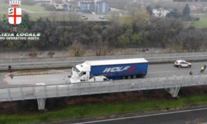 Il tir sbanda e schiaccia un furgone contro il guardrail: 25enne perde la vita