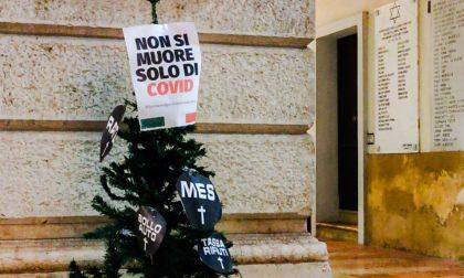 """""""Non si muore solo di Covid"""": Alberi di Natale e cartelli davanti ai Comuni di tutta Italia (anche a Mantova)"""
