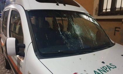Preso il vandalo che ha spaccò il parabrezza dell'ambulanza della Croce Verde