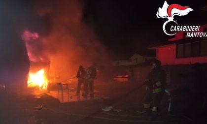 Rimessa avvolta dalle fiamme: l'intervento dei Carabinieri scongiura il peggio