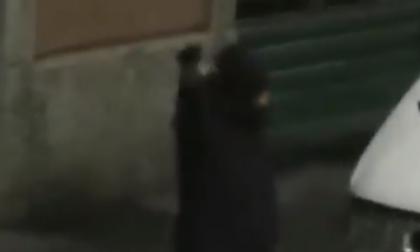 Festeggia Capodanno sparando con una pistola in strada VIDEO