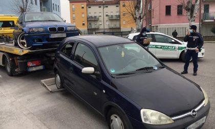 Auto abbandonate diventate mini discariche, la Polizia ne rimuove una decina