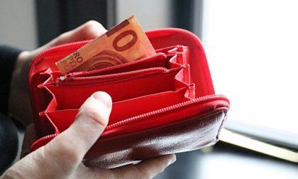 Ruba i soldi da un portafoglio dimenticato sul bancone, beve un caffè e se ne va