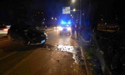 24enne ubriaco alla guida della Porche abbatte un palo della luce
