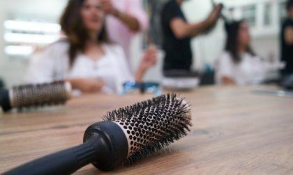 Molesta parrucchiere e clienti, invitato a uscire dai Carabinieri si sdraia a terra