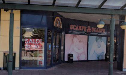 Ruba un paio di scarpe antinfortunistiche al centro commerciale, fermato da un commesso